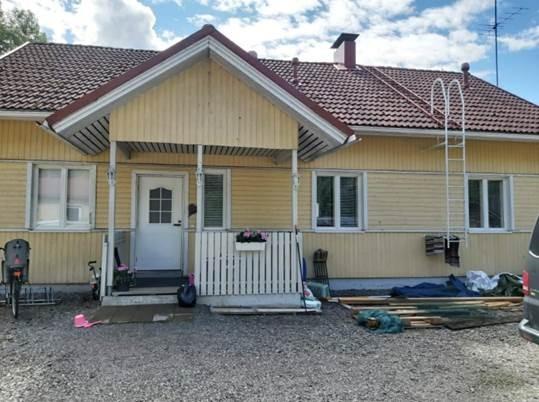 Maalaustyöt Tampereen seudulla: hämeenlinnalaisen asiakkaan talon julkisivu kaipaa maalausta.