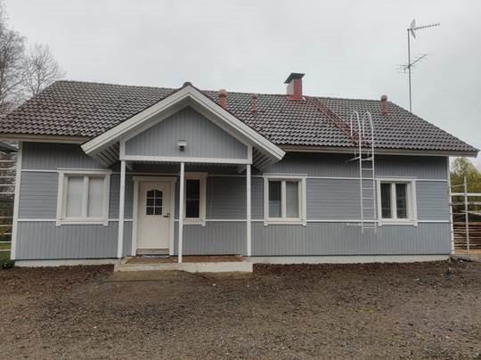 Maalaustöiden lopputulos, uusi kaunis väri antaa talolle huolletun ja raikkaan ilmeen.